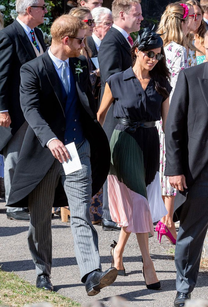Mặc lỗi lộ nội y vô duyên, váy của Meghan Markle vẫn khiến dân tình tranh nhau mua và bán hết veo sau vài giờ - Ảnh 1.