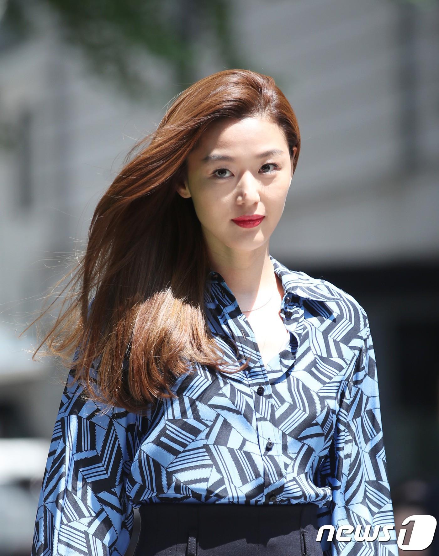 Cùng diện 1 chiếc áo, Dương Mịch ghi điểm ở cách mix nhưng vẫn thua kém Jeon Ji Hyun về thần thái - Ảnh 3.
