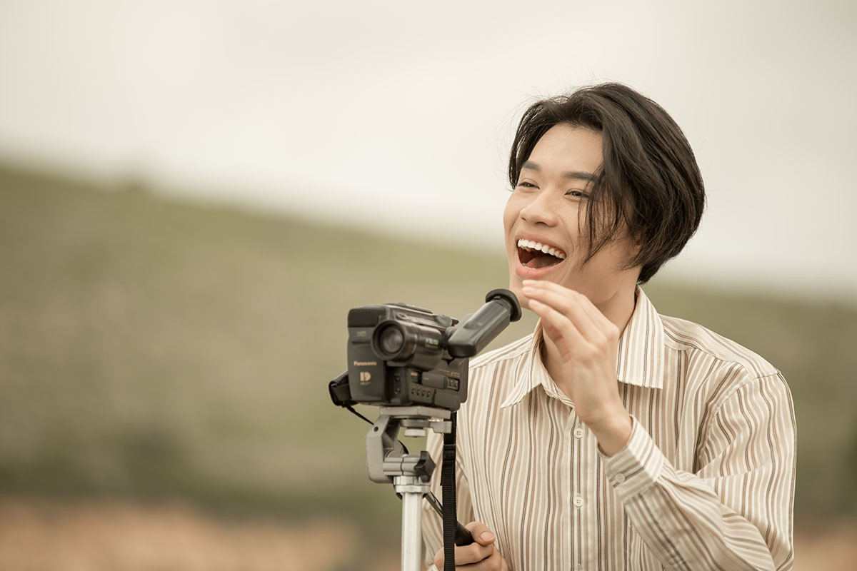Lâm Khánh Chi mặc áo dài, đứng bên bờ biển chờ người yêu cũ quay về trong MV Parody Duyên mình lỡ - Ảnh 5.