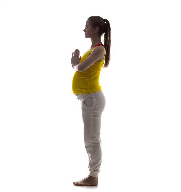 7 tư thế yoga cho bà bầu giúp đánh bay đau mỏi trong thai kỳ và các tư thế cần tránh - Ảnh 2.