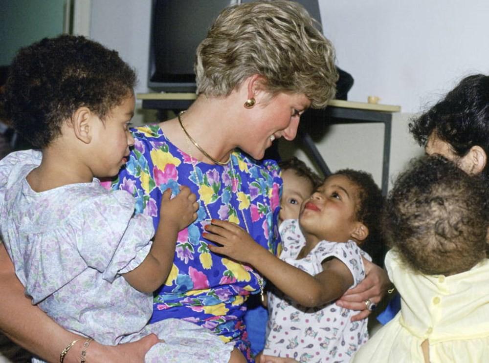 Không phải Meghan, Công nương Diana mới chính là nàng dâu liên tục phá vỡ quy tắc hoàng gia, đến Nữ hoàng Anh cũng phải nhượng bộ - Ảnh 8.
