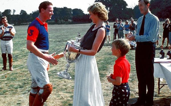 Không phải Meghan, Công nương Diana mới chính là nàng dâu liên tục phá vỡ quy tắc hoàng gia, đến Nữ hoàng Anh cũng phải nhượng bộ - Ảnh 7.