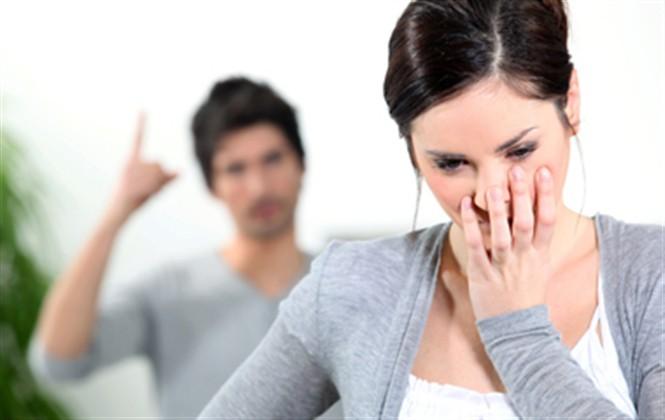 Biết kẻ địch ở ngay trong nhà nhưng vợ vẫn chấp nhận sống chung với lũ vì sợ bị chồng bỏ và cái kết - Ảnh 2.
