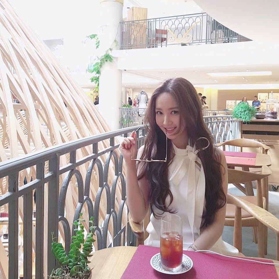 """Park Min Young diện váy trắng tung tăng trên phố, nhưng bí mật phía sau và cuộc """"đụng độ"""" với Angela Baby thì không phải ai cũng biết - Ảnh 1."""