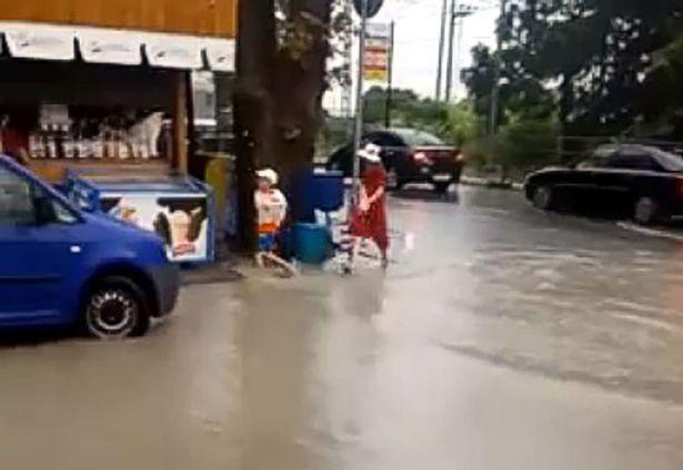Đường ngập nước sau mưa lụt, bé trai ngã xuống cống tử vong - Ảnh 1.