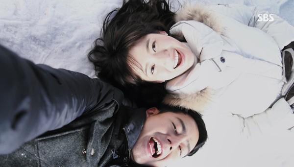 Chồng yêu chiều cứ tưởng hôn nhân hạnh phúc cho tới khi vợ phát hiện sấp ảnh giấu dưới đầu giường - Ảnh 1.