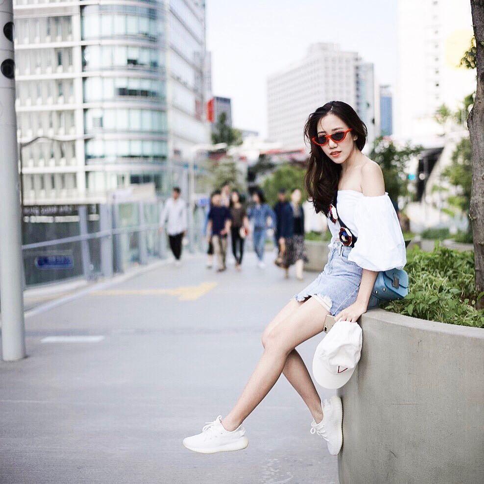 20 gợi ý cho thấy sneakers trắng chính là đôi giày thiên biến vạn hóa đẹp quên xầu với đủ mọi set đồ  - Ảnh 8.
