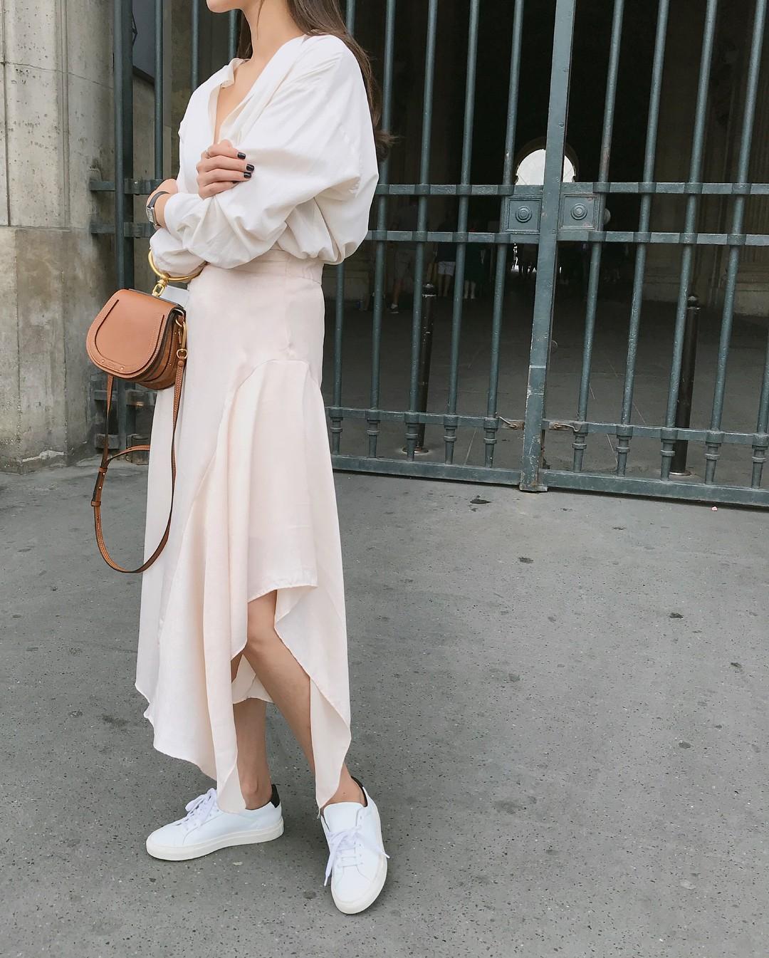 20 gợi ý cho thấy sneakers trắng chính là đôi giày thiên biến vạn hóa đẹp quên xầu với đủ mọi set đồ  - Ảnh 17.