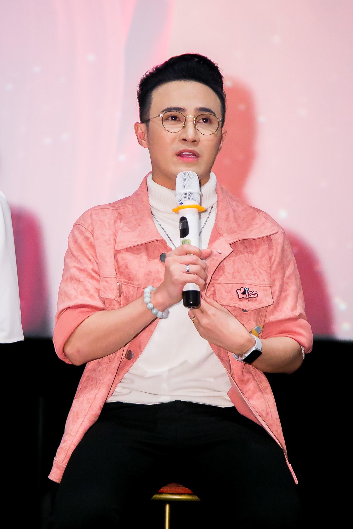 Sau ồn ào phát ngôn đẻ con gây tranh cãi, vợ chồng Lâm Khánh Chi tình tứ đi sự kiện - Ảnh 10.