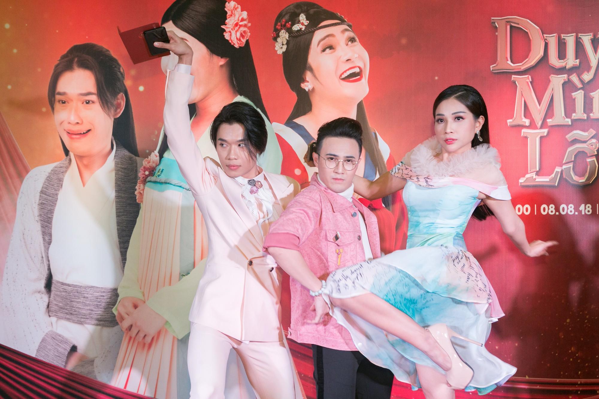 Sau ồn ào phát ngôn đẻ con gây tranh cãi, vợ chồng Lâm Khánh Chi tình tứ đi sự kiện - Ảnh 4.