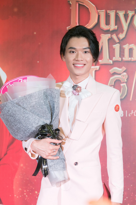 Sau ồn ào phát ngôn đẻ con gây tranh cãi, vợ chồng Lâm Khánh Chi tình tứ đi sự kiện - Ảnh 8.