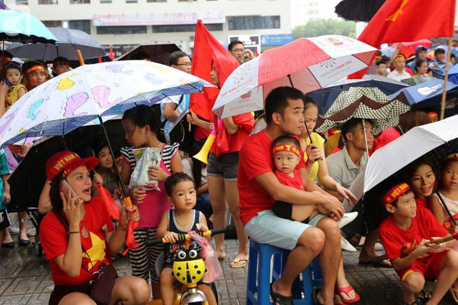 Chơi trội, chung cư vạn dân HH Linh Đàm lại dựng màn LED 32 mét vuông tiếp lửa cho Olympic Việt Nam   - Ảnh 1.