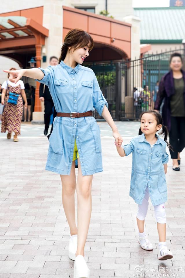 Con giá 6 tuổi nhà Lý Tiểu Lộ - Giả Nãi Lượng rất hay diện đồ đôi với mẹ - Ảnh 5.