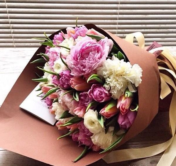 Vợ không ngờ đằng sau bó hoa cẩm chướng nặc danh gửi đến công ty cho mình mỗi sáng lại chứa đựng một âm mưu sâu kín