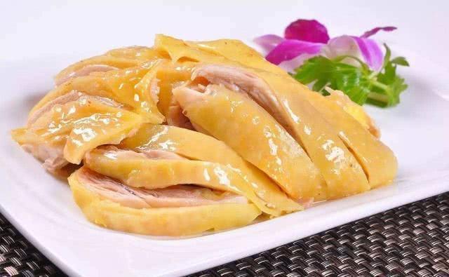 Đầu bếp nhà hàng chỉ rằng thêm bước này, thịt gà luộc sẽ căng bóng, vàng mướt mắt, chắc thịt và hương vị cũng hoàn hảo hơn gấp nhiều lần - Ảnh 1.