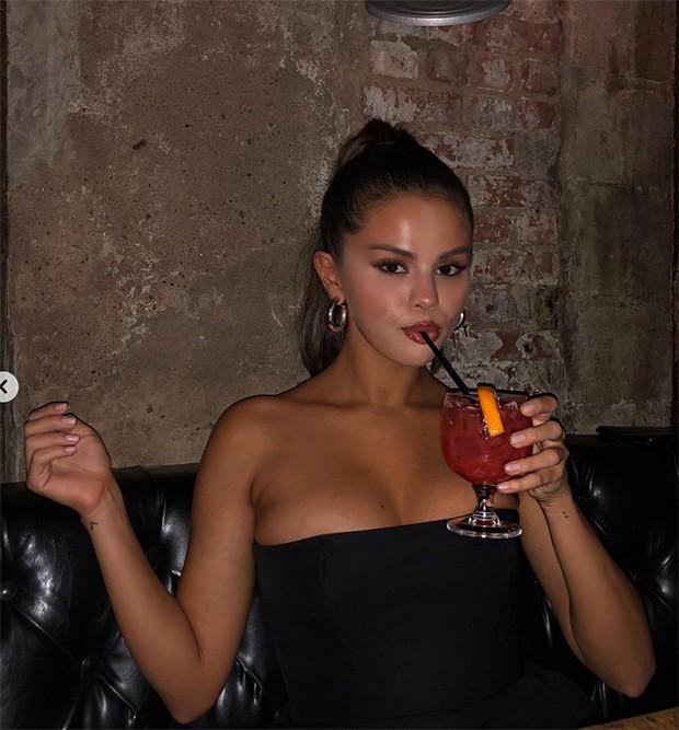 Chỉ với 2 tấm ảnh, Selena Gomez lại khiến nhiều người nức nở vì vẻ quyến rũ, gợi tình hoàn hảo ở tuổi 26 - Ảnh 1.