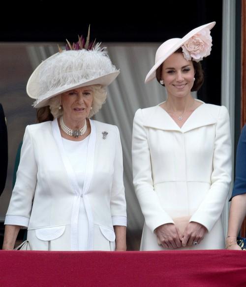 Trước ồn ào về mẫu thuẫn mẹ chồng nàng dâu, bà Camilla và Kate Middleton không ít lần mặc đồ xuyệt tông cùng nhau - Ảnh 2.