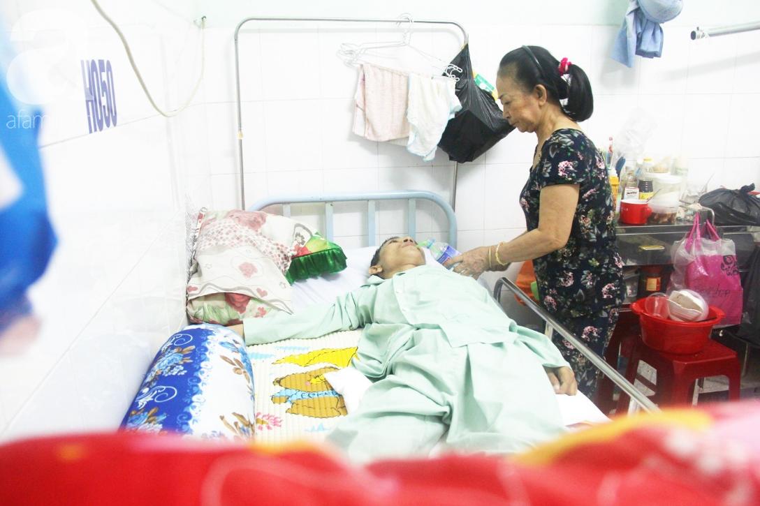 Xin cơm từ thiện suốt 2 năm, người mẹ nuôi con trai tật nguyền chỉ ước có một bữa no rồi chết cùng con - Ảnh 1.