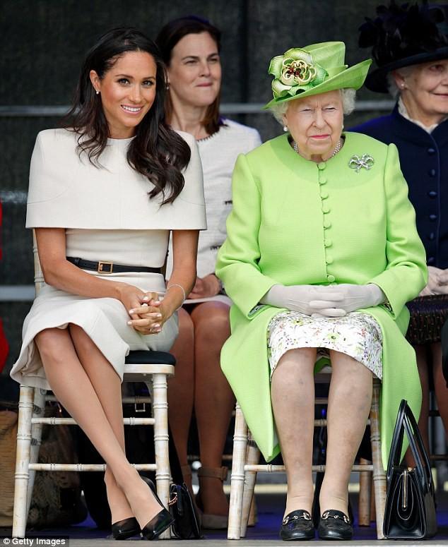 Chỉ mặc đúng một kiểu suốt mấy chục năm, Nữ hoàng Anh vẫn được nhận xét là có style xuất sắc hơn hẳn Công nương Meghan - Ảnh 1.