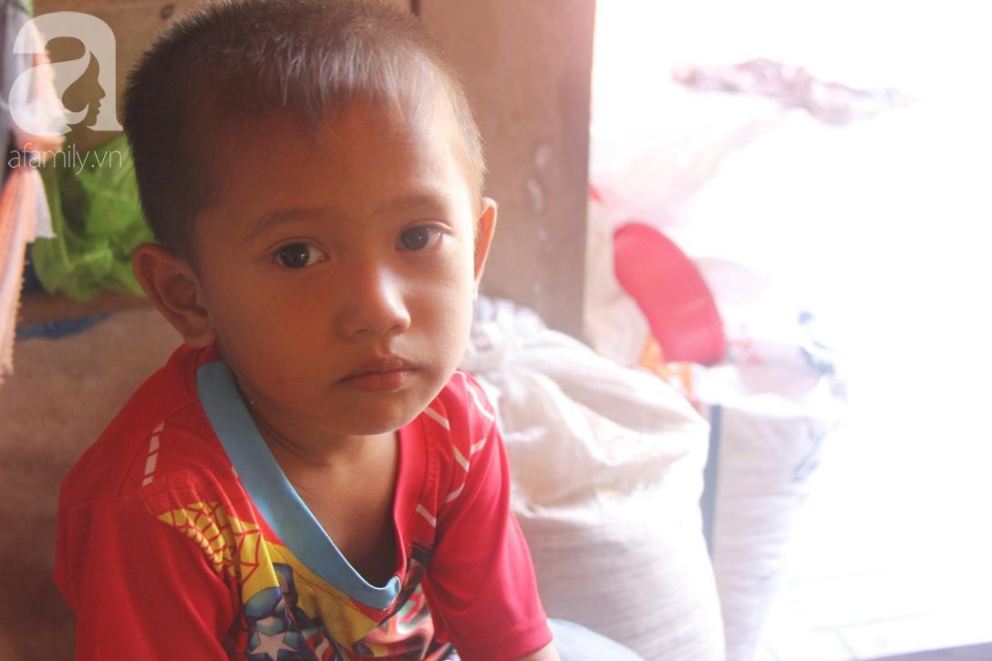 Mẹ bỏ đi lấy chồng, hai đứa trẻ 4 và 7 tuổi không được đi học, phải vào viện chăm cha bệnh tật - Ảnh 5.