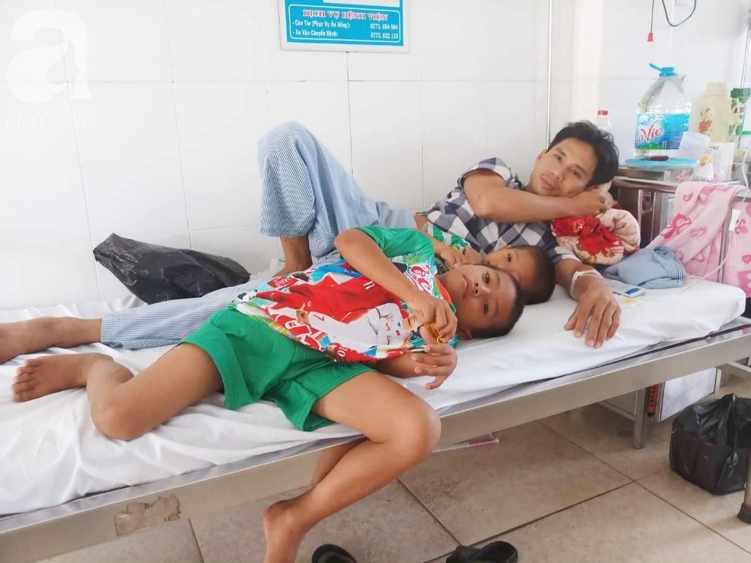 Mẹ bỏ đi lấy chồng, hai đứa trẻ 4 và 7 tuổi không được đi học, phải vào viện chăm cha bệnh tật - Ảnh 13.