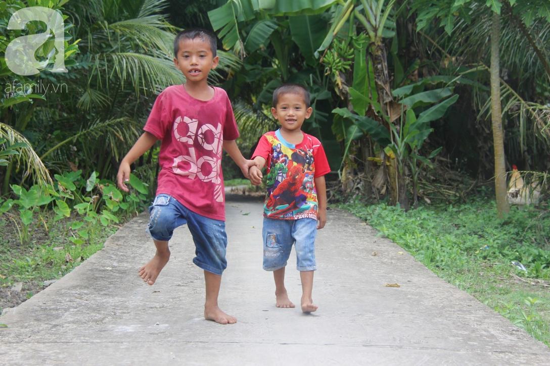 Mẹ bỏ đi lấy chồng, hai đứa trẻ 4 và 7 tuổi không được đi học, phải vào viện chăm cha bệnh tật - Ảnh 12.