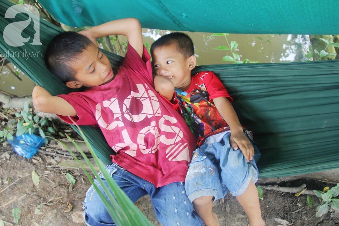 Mẹ bỏ đi lấy chồng, hai đứa trẻ 4 và 7 tuổi không được đi học, phải vào viện chăm cha bệnh tật - Ảnh 7.