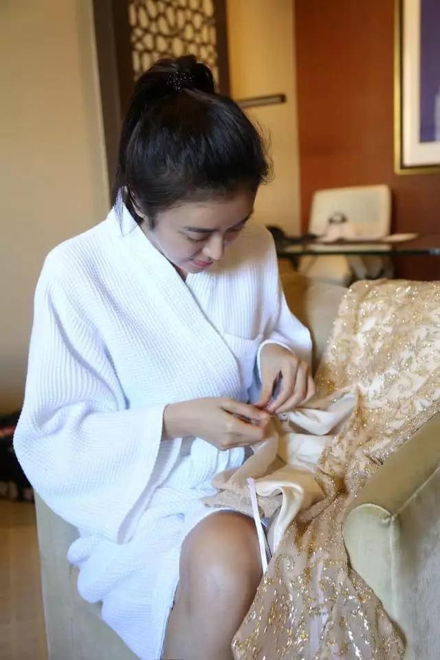 Tấm gương đảm đang phải như Tần Lam: Đã xinh đẹp lại chăm khâu vá trang phục cho bớt sexy - Ảnh 5.