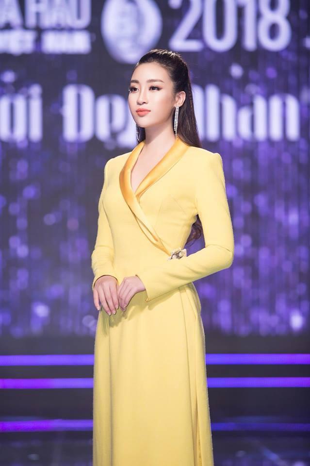 Nhẹ nhàng, mong manh như HH Đỗ Mỹ Linh cũng có tới 3 lần đụng độ váy áo với người đẹp nóng bỏng Angela Phương Trinh - Ảnh 11.