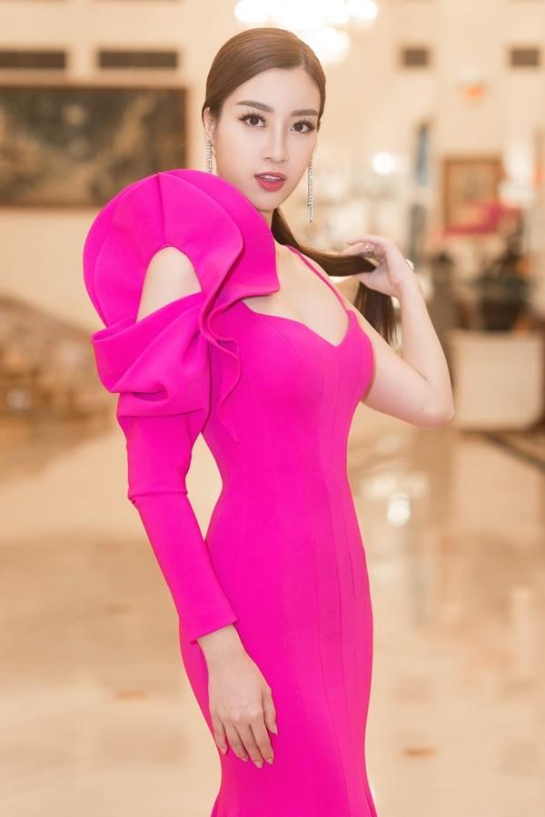 Nhẹ nhàng, mong manh như HH Đỗ Mỹ Linh cũng có tới 3 lần đụng độ váy áo với người đẹp nóng bỏng Angela Phương Trinh - Ảnh 1.