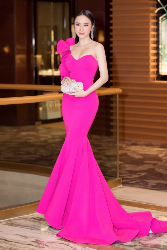 Nhẹ nhàng, mong manh như HH Đỗ Mỹ Linh cũng có tới 3 lần đụng độ váy áo với người đẹp nóng bỏng Angela Phương Trinh - Ảnh 3.
