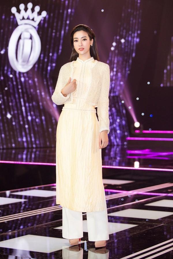 Nhẹ nhàng, mong manh như HH Đỗ Mỹ Linh cũng có tới 3 lần đụng độ váy áo với người đẹp nóng bỏng Angela Phương Trinh - Ảnh 6.