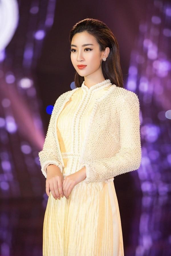 Nhẹ nhàng, mong manh như HH Đỗ Mỹ Linh cũng có tới 3 lần đụng độ váy áo với người đẹp nóng bỏng Angela Phương Trinh - Ảnh 7.
