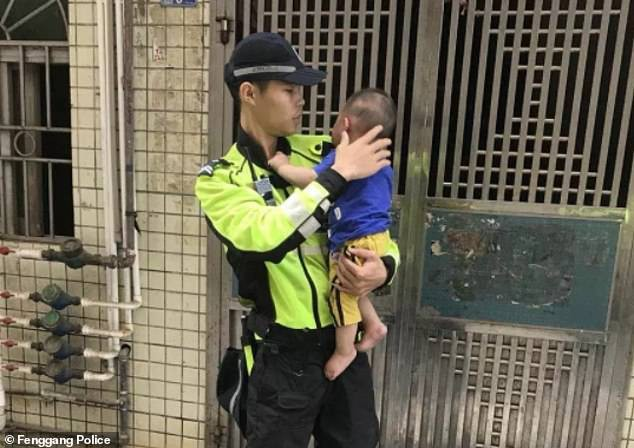 Đứng tim với khoảnh khắc cảnh sát và người đi đường dùng chiếu hứng được bé trai lơ lửng trên dây điện rồi rơi xuống - Ảnh 7.