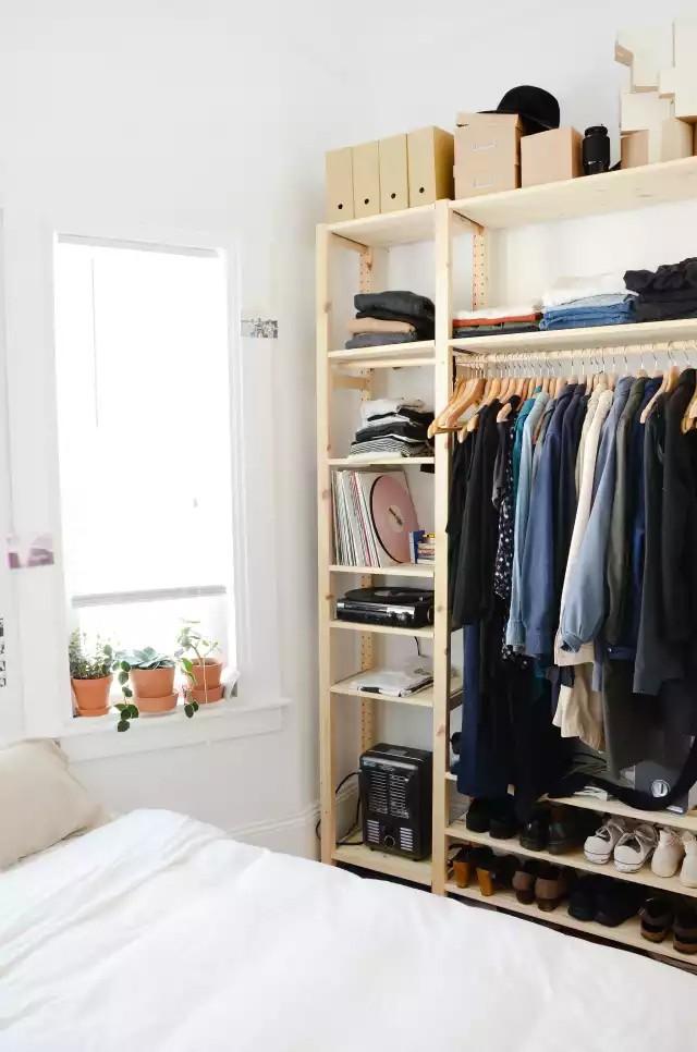 4 cách thiết kế tủ quần áo cực hợp lý trong những phòng ngủ chật hẹp - Ảnh 4.