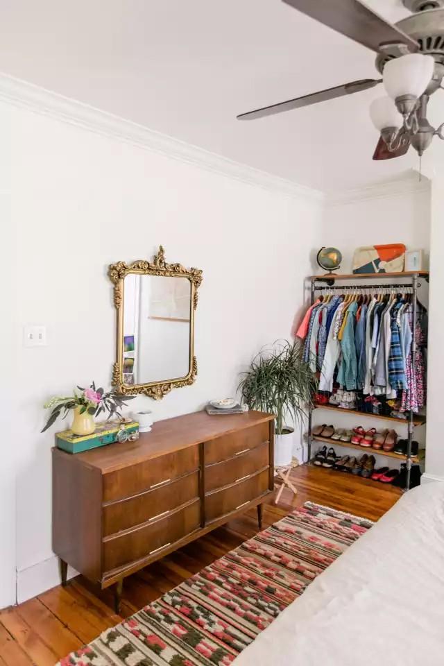 4 cách thiết kế tủ quần áo cực hợp lý trong những phòng ngủ chật hẹp - Ảnh 5.