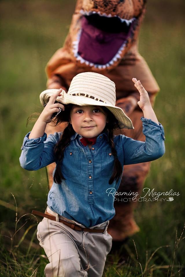 Bộ ảnh gia đình hot nhất MXH: Bé trai tự kỷ sợ chụp ảnh, bố mẹ sắm luôn bộ đồ khủng long để em tự tin lên hình cùng cả nhà - Ảnh 5.