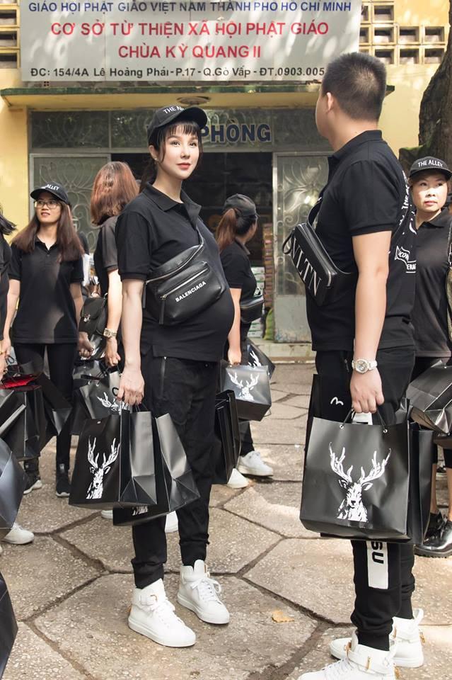 Không chỉ mỗi bà bầu Diệp Lâm Anh nhiều sao Việt khác lên đồ đi từ thiện, nhìn thì đơn giản mà bóc giá ra thì cả chục triệu đồng - Ảnh 1.