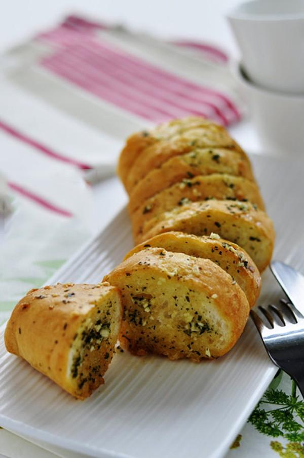 Giòn tan thơm phức món bánh mỳ bơ tỏi truyền thống - Ảnh 6.