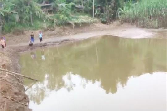 Phát hiện 2 bé trai 4 tuổi chết ở ao nước gần trường mầm non - Ảnh 1.
