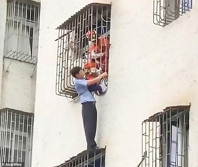 Nghe tiếng gào khóc của đứa trẻ tầng 3, người đàn ông lập tức hoá người nhện tay không ứng cứu, hành động anh hùng được tán dương nhiệt liệt - Ảnh 3.