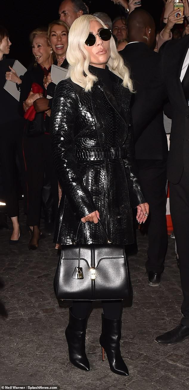 Mặt cứng đơ kém sắc, Lady Gaga bị nghi lạm dụng thẩm mỹ giống thảm họa dao kéo Donatella Versace - Ảnh 1.