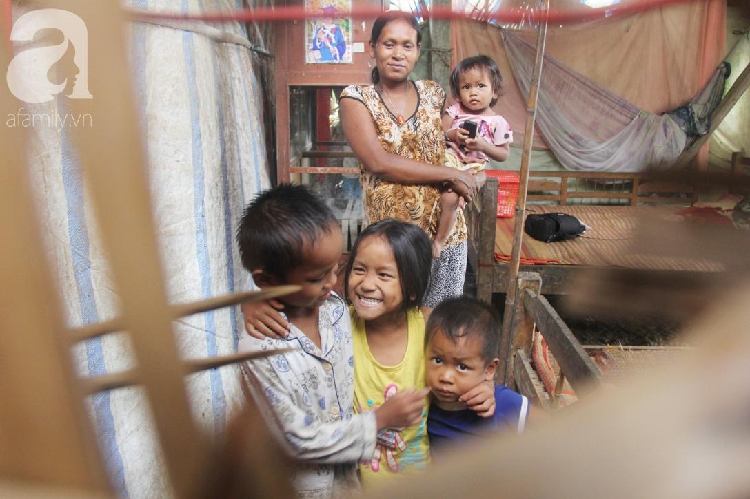 Hai lần đẻ rớt tại nhà, 4 đứa trẻ đói ăn bên người mẹ bầu 8 tháng không thể mượn được 500 ngàn để đi bệnh viện 1