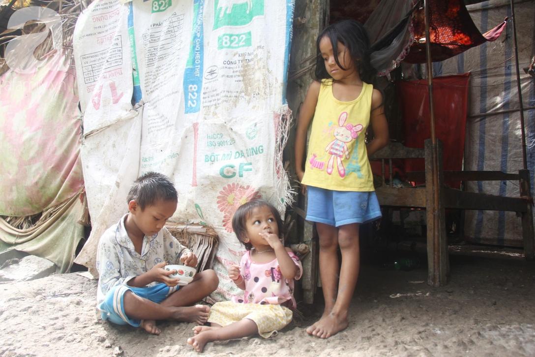 Hai lần đẻ rớt tại nhà, 4 đứa trẻ đói ăn bên người mẹ bầu 8 tháng không thể mượn được 500 ngàn để đi bệnh viện 11