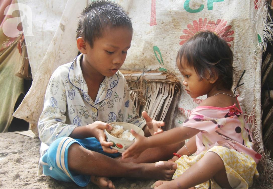 Hai lần đẻ rớt tại nhà, 4 đứa trẻ đói ăn bên người mẹ bầu 8 tháng không thể mượn được 500 ngàn để đi bệnh viện 12