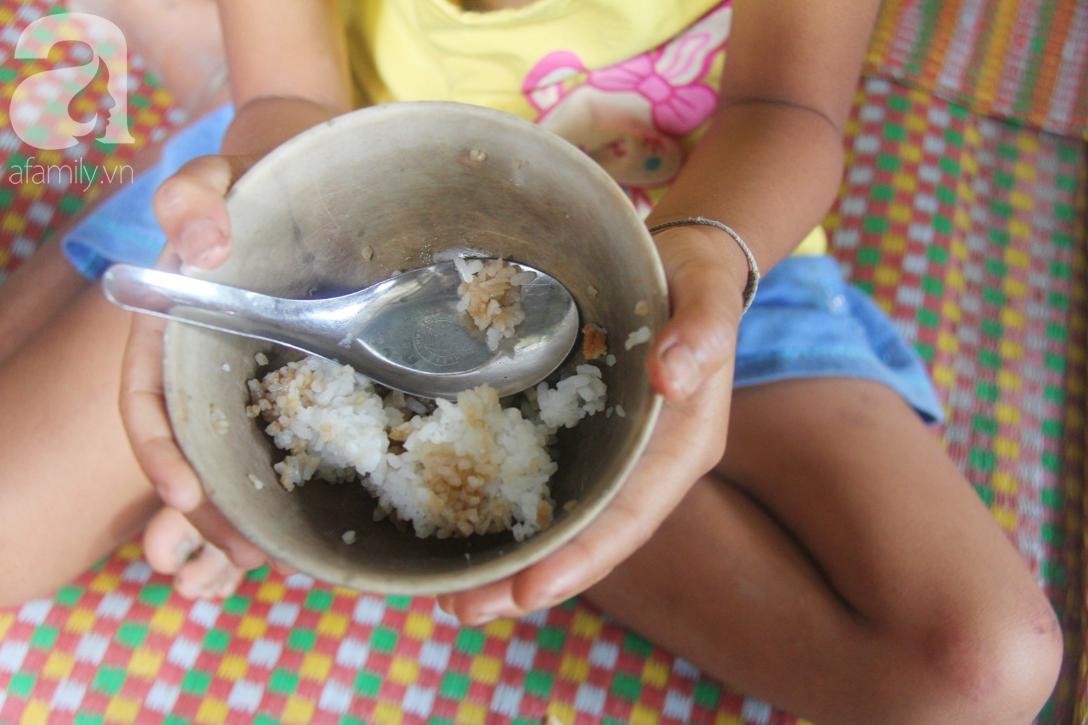 Hai lần đẻ rớt tại nhà, 4 đứa trẻ đói ăn bên người mẹ bầu 8 tháng không thể mượn được 500 ngàn để đi bệnh viện 16