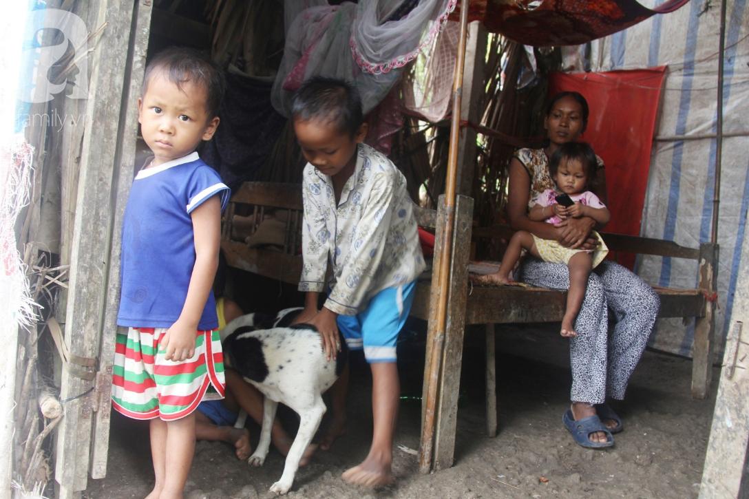 Hai lần đẻ rớt tại nhà, 4 đứa trẻ đói ăn bên người mẹ bầu 8 tháng không thể mượn được 500 ngàn để đi bệnh viện 3