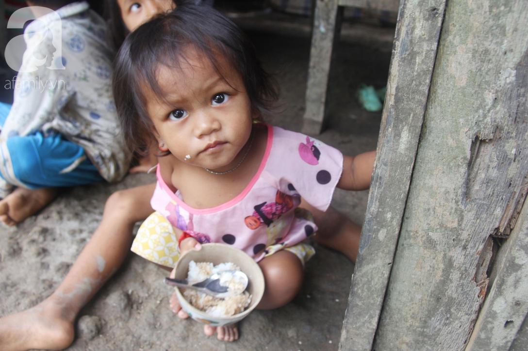 Hai lần đẻ rớt tại nhà, 4 đứa trẻ đói ăn bên người mẹ bầu 8 tháng không thể mượn được 500 ngàn để đi bệnh viện 2