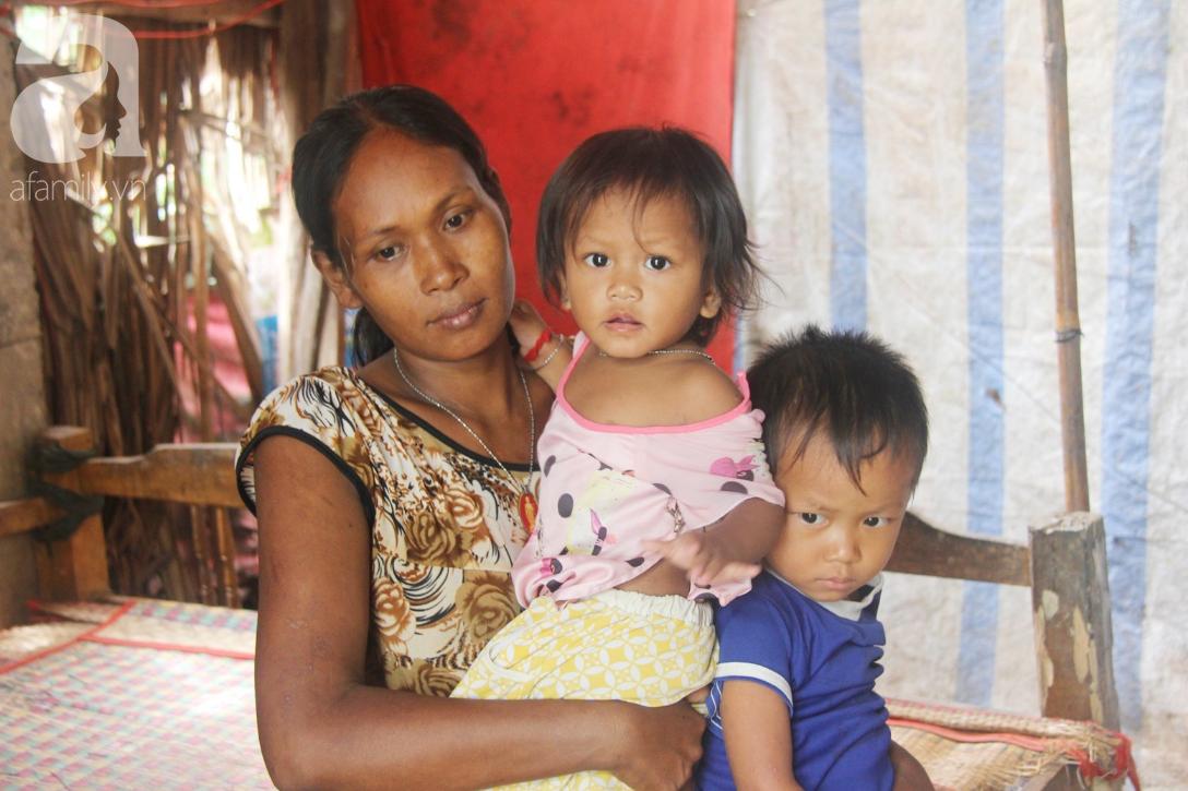 Hai lần đẻ rớt tại nhà, 4 đứa trẻ đói ăn bên người mẹ bầu 8 tháng không thể mượn được 500 ngàn để đi bệnh viện 4