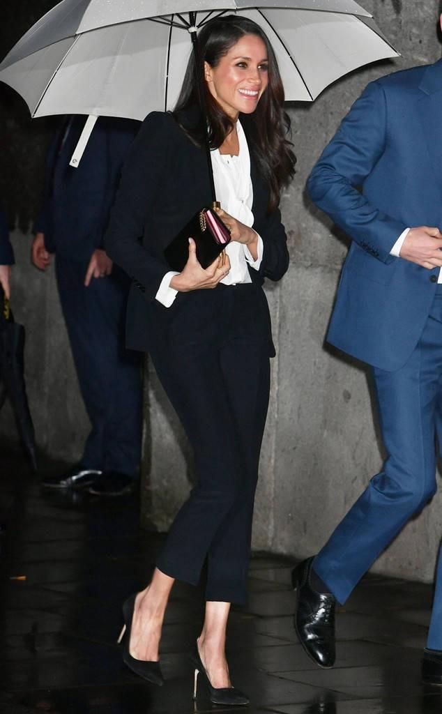 Ngỡ chẳng liên quan mà Công nương Meghan và Angelina Jolie lại có gu thời trang hợp nhau không ngờ - Ảnh 11.